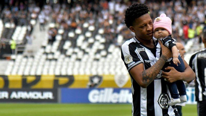 Botafogo: Gustavo Bochecha treina em casa e filha rouba a cena
