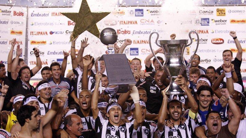 Botafogo levanta a taça do Campeonato Carioca de 2010 em cima do Flamengo no Maracanã