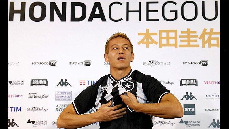 Keisuke Honda veste a camisa do Botafogo, agora bem mais conhecido no Japão