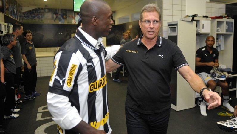 Seedorf e Oswaldo de Oliveira no vestiário do Botafogo no Estádio Nilton Santos