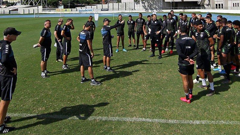 Jogadores no treino do Botafogo no campo anexo do Estádio Nilton Santos em 2020