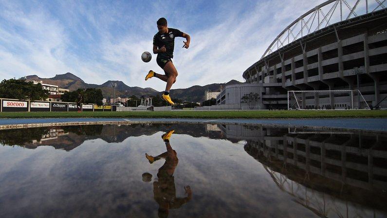 Marcinho faz atividade com bola no treino do Botafogo no campo anexo do Estádio Nilton Santos