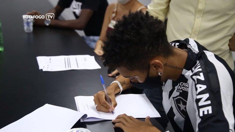 Kauê assina primeiro contrato profissional com o Botafogo