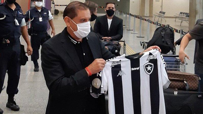 Ramón Díaz, novo técnico do Botafogo, desembarca no Aeroporto Internacional Tom Jobim (Galeão) e chega ao Rio de Janeiro