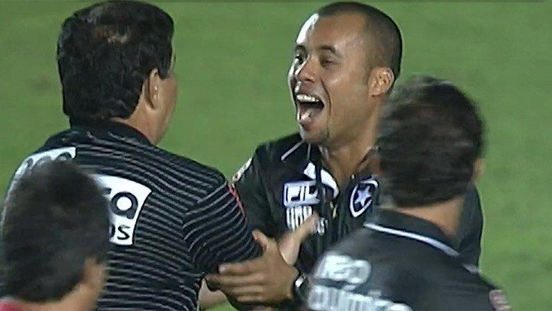 Beijo de Jair Ventura em Joel Santana na comemoração do título do Botafogo   Campeonato Carioca 2010