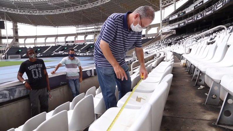 Sérgio Cimerman, médico infectologista, visita o Estádio Nilton Santos, do Botafogo
