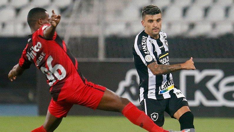 Victor Luis em Botafogo x Athletico-PR | Campeonato Brasileiro 2020