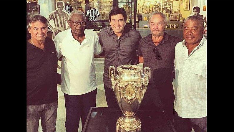 Carlos Roberto, Sebastião Leônidas, Eudes Junior, Roberto Miranda e Jairzinho na sala de troféus do Botafogo