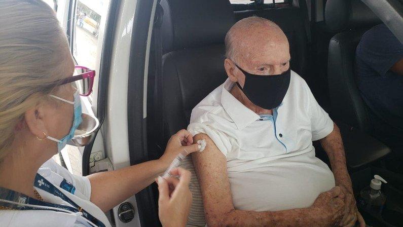 Zagallo é vacinado contra a Covid-19 no Parque Olímpico