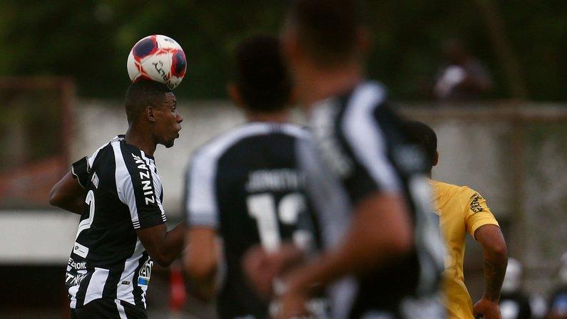 Após bom começo, defesa do Botafogo volta a cometer erros e sofre gol em quatro jogos