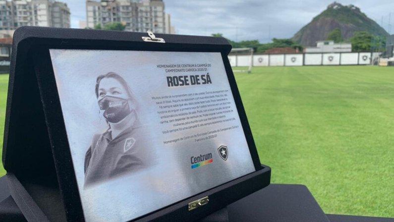 Jogadoras do Botafogo recebem placas especiais em homenagem à conquista do Carioca