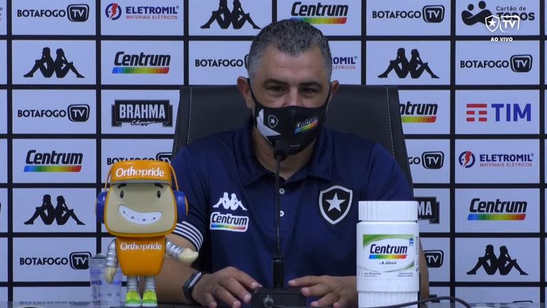 Chamusca culpa juventude e ansiedade por falhas na criação do Botafogo e vê melhora na 'consistência defensiva'
