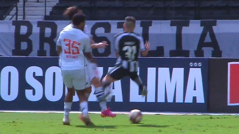 Pênalti não-marcado de Galarza em Ronald - Botafogo x Vasco