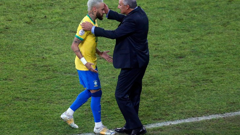 Neymar cutuca gramado do Nilton Santos, do Botafogo, e faz comparação irônica com Wembley
