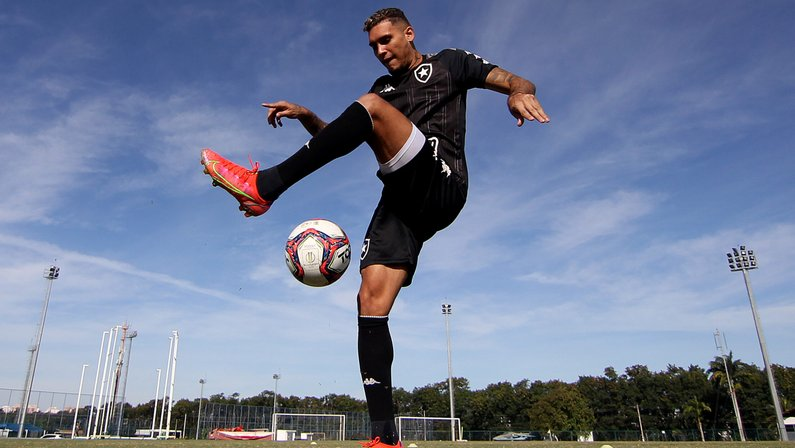Botafogo avança nas negociações e deixa bem encaminhada renovação de Rafael Navarro