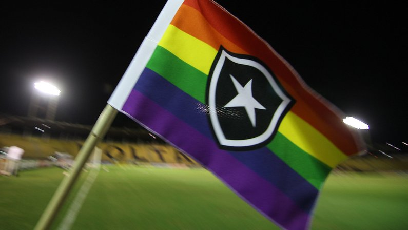 Bandeirinha de escanteio do Botafogo em alusão ao Dia Internacional do Orgulho LGBTQIA+ - Botafogo x Vitória