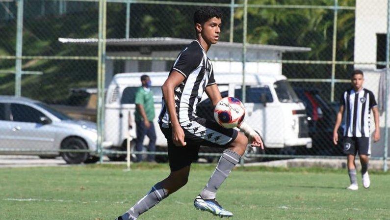 Bernardo Valim, meia do sub-15 do Botafogo