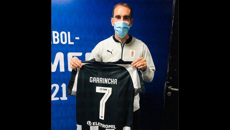 Diego Godín, do Uruguai, recebe camisa do Botafogo com nome de Garrincha