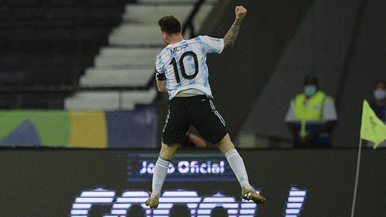 Messi celebra golaço no Estádio Nilton Santos em Argentina 1x1 Chile pela Copa América