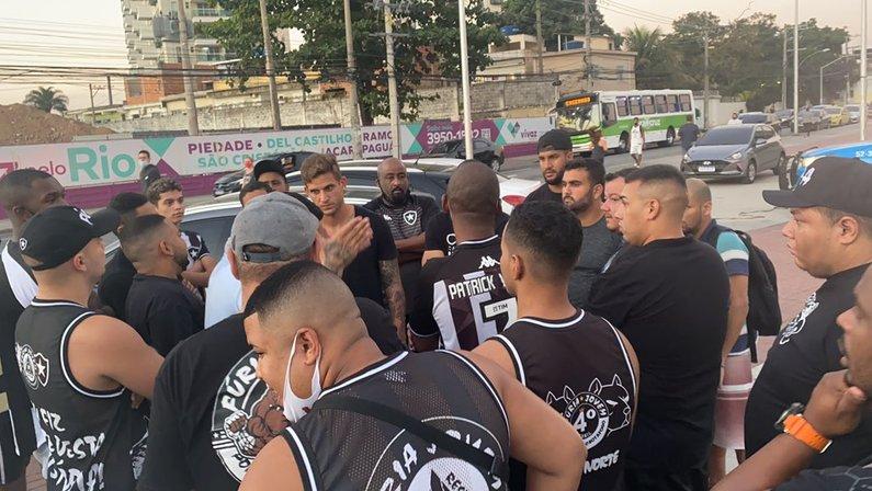Rafael Moura - Protesto da Fúria Jovem do Botafogo