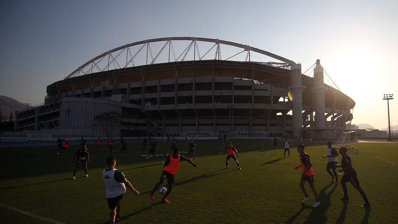 Treino do Botafogo no campo anexo do Estádio Nilton Santos