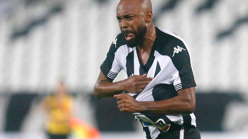 Perto de prazo de compra, Chay evita falar do futuro: 'Estou feliz no Botafogo e preocupado só em jogar futebol'