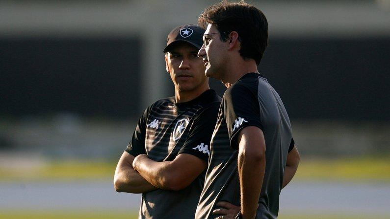 Narrador sugere efetivação de Ricardo Resende no Botafogo: 'Chamusca contratou 50 milhões de jogadores e não acertou'