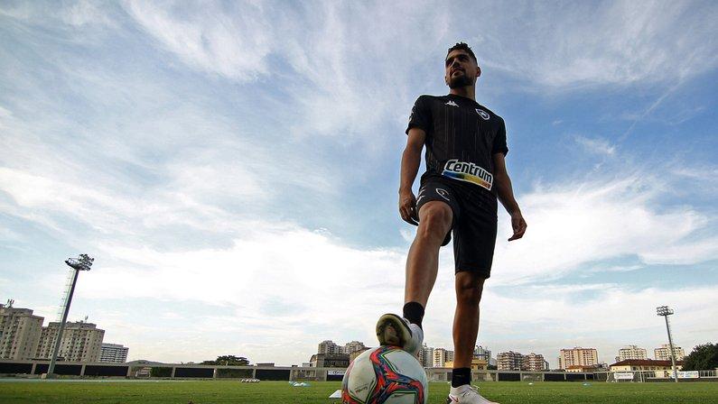 Daniel Borges explica nova função e projeta ficar mais tempo no Botafogo: 'Me sinto muito bem aqui'