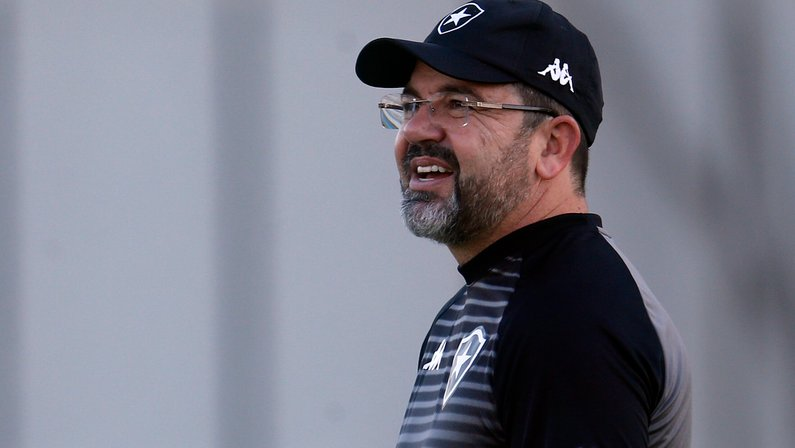 Sem inventar, Enderson Moreira dá nova vida ao time do Botafogo