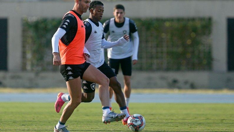 Carli e Kanu treinam com bola com o grupo do Botafogo e se aproximam do retorno
