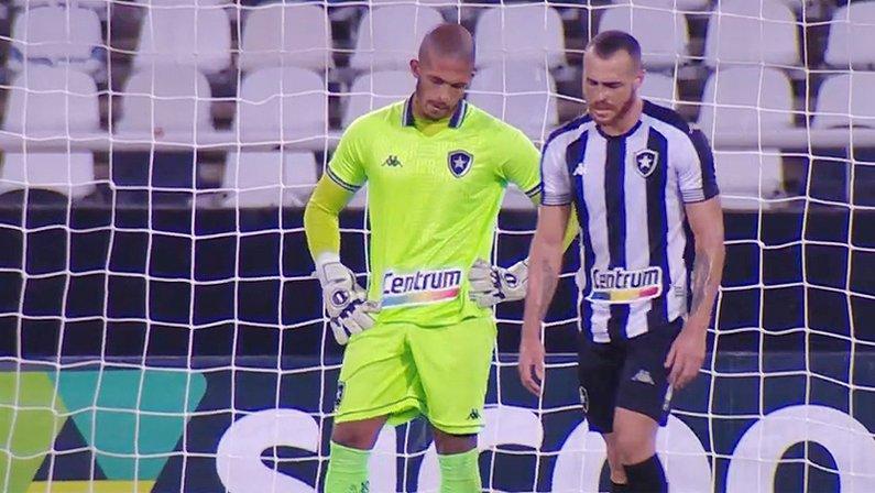 Diego Loureiro e Pedro Castro em Botafogo x Goiás   Série B do Campeonato Brasileiro 2021