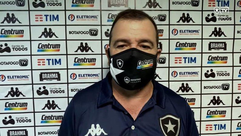 Enderson pede desculpas a jogadores e torcida do Botafogo por expulsão: 'Não foi a estreia que eu gostaria'