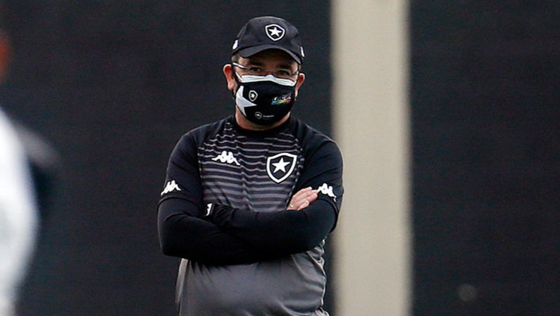 Enderson Moreira no treino do Botafogo em julho de 2021