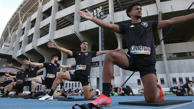 Federico Barrandeguy no alongamento do treino do Botafogo em julho de 2021 no Estádio Nilton Santos