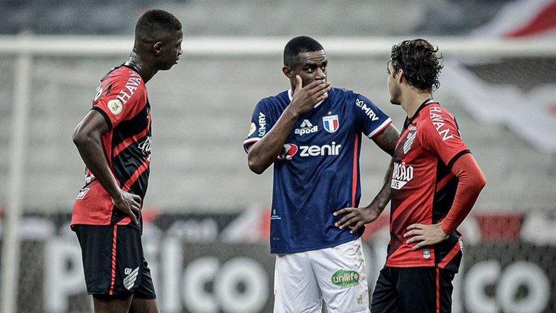 Ex-Botafogo, Matheus Babi, Marcelo Benevenuto e Marcinho conversam após Athletico-PR x Fortaleza pelo Campeonato Brasileiro