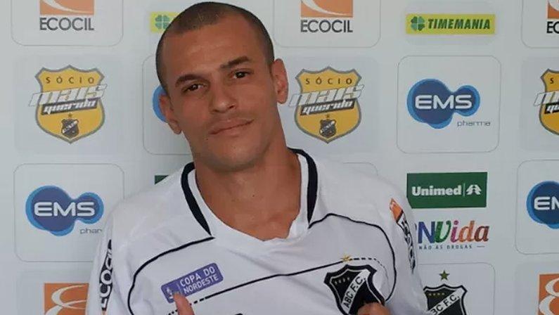 Thiaguinho, ex-Botafogo, com a camisa do ABC