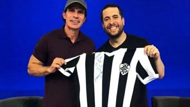 Túlio Maravilha e Mauricio Meirelles com camisa do Botafogo