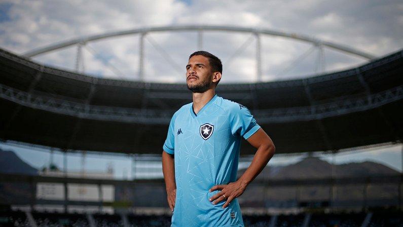 Marco Antônio com a camisa azul da Kappa do Botafogo