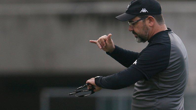 Sem Rafael Navarro, Enderson terá quebra-cabeça para escalar o Botafogo sábado