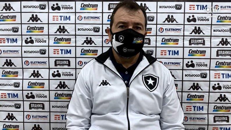 Enderson exalta grupo do Botafogo e não lamenta suspensão de Navarro: 'Ganhamos com o Rafael Moura em outros aspectos'
