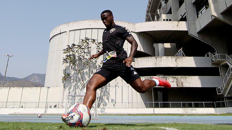 Jonathan Silva no treino do Botafogo em agosto de 2021