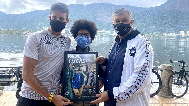 Lucas Verthein recebe placa do Botafogo das mãos do presidente Durcesio Mello