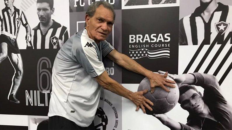 Manga, ex-goleiro do Botafogo, em visita ao Estádio Nilton Santos
