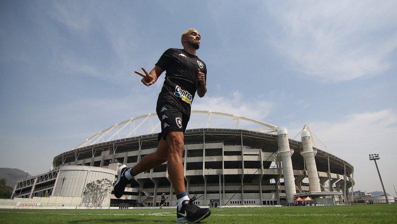 FOTOS: Rafael realiza avaliações, conhece elenco e já treina com bola no Botafogo