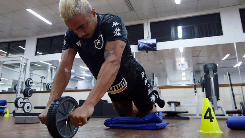 Choro, apresentação e trabalho: o primeiro dia de Rafael como jogador do Botafogo