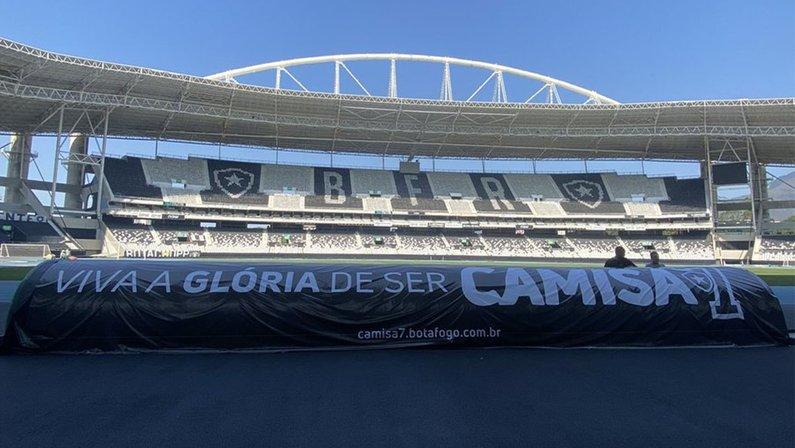 Banner do Camisa 7 no banco de reservas do Estádio Nilton Santos do Botafogo