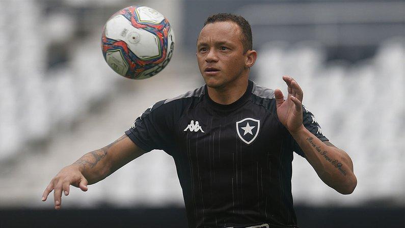 Carlinhos no treino do Botafogo no Estádio Nilton Santos em setembro-2021