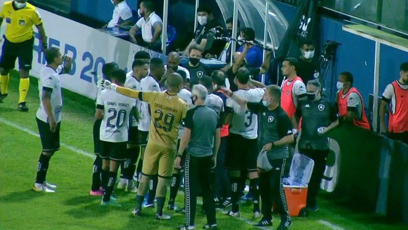 Enderson Moreira e elenco (jogadores) na parada técnica de Remo x Botafogo | Série B do Campeonato Brasileiro 2021