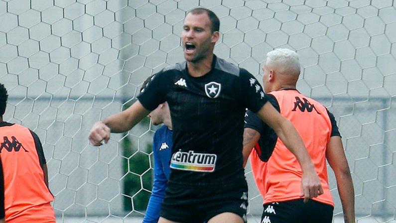 Joel Carli no treino do Botafogo em setembro de 2021