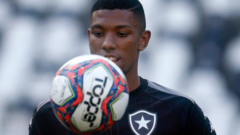 Escalação do Botafogo: Kanu deve ser a única mudança contra o CRB; Pedro Castro e Ronald ficam no banco